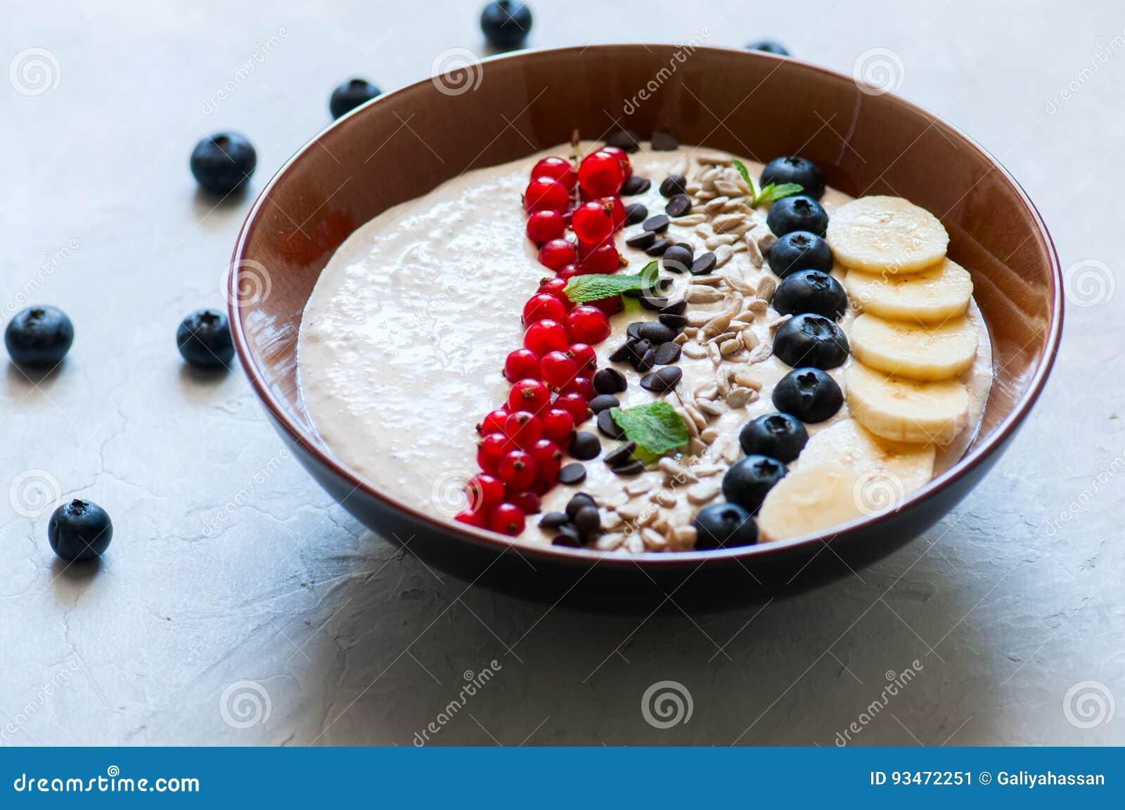 Υγιής καταφερτζής βρωμών με τις μπανάνες και το τυρί εξοχικών σπιτιών διακοσμημένο W