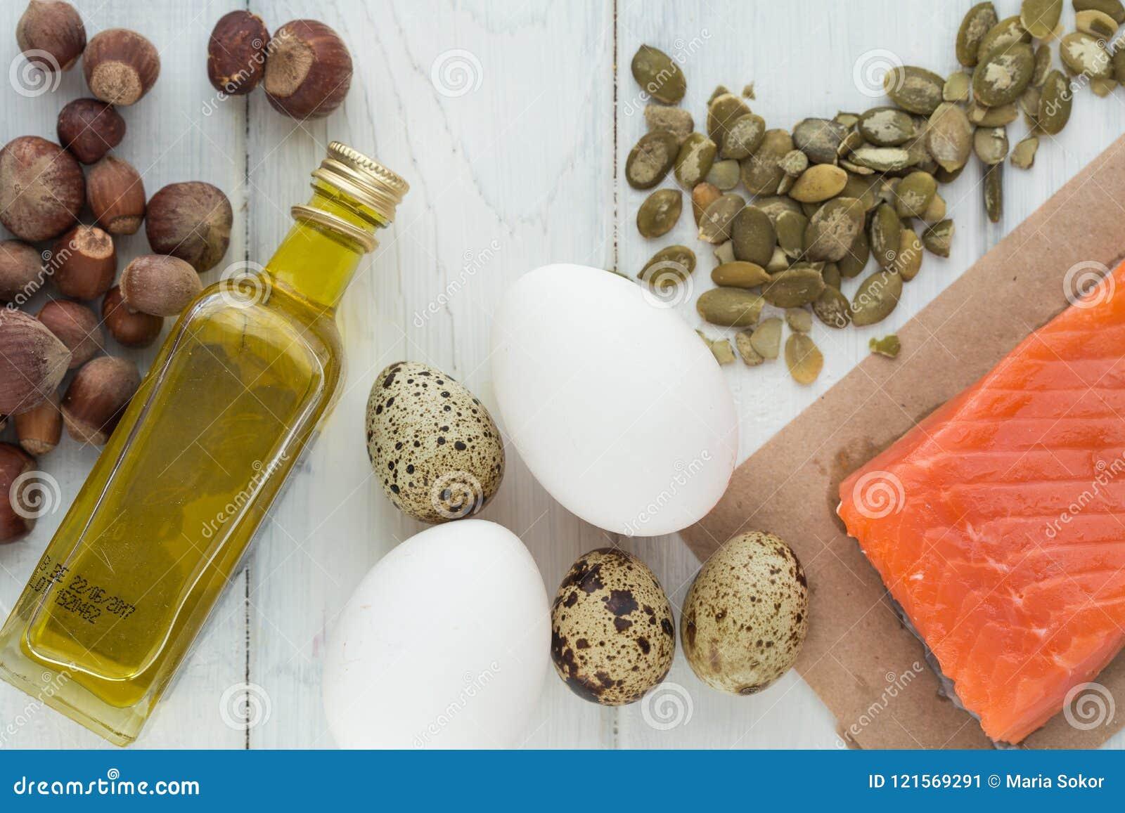 υγιής οργανικός τροφίμων Προϊόντα με τα υγιή λίπη Omega 3 Omega 6 Συστατικά και προϊόντα: καρύδια αβοκάντο ελαιολάδου σολομών πεσ