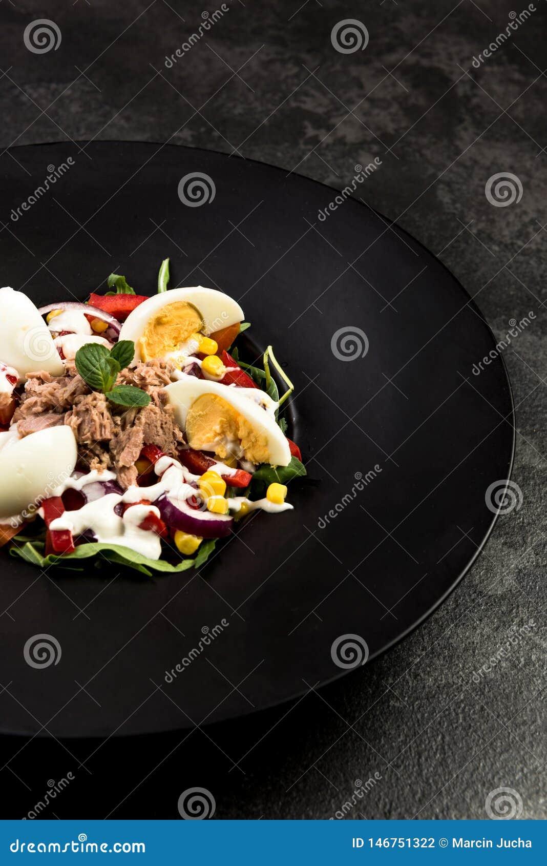 Υγιής σαλάτα στο σκοτεινό πιάτο Πιάτο εστιατορίων, υγιής κατανάλωση