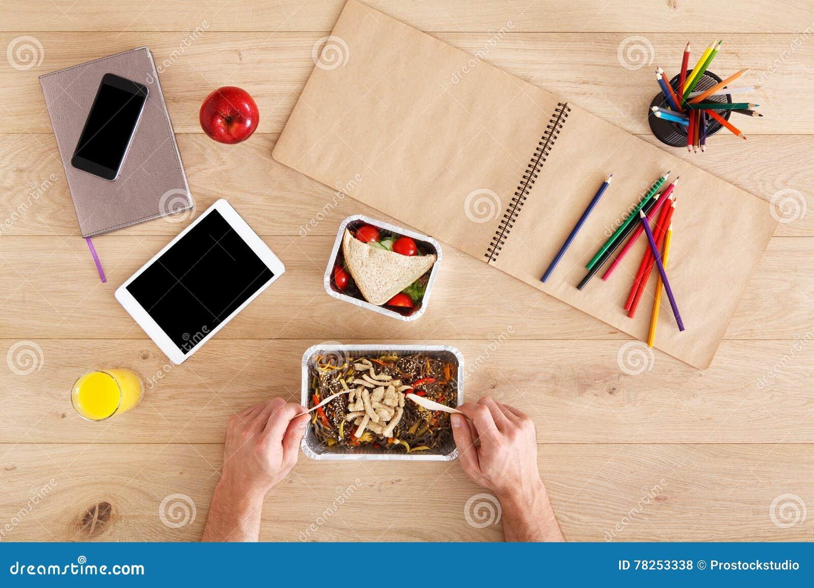 Υγιής τοπ άποψη επιχειρησιακού μεσημεριανού γεύματος στον πίνακα