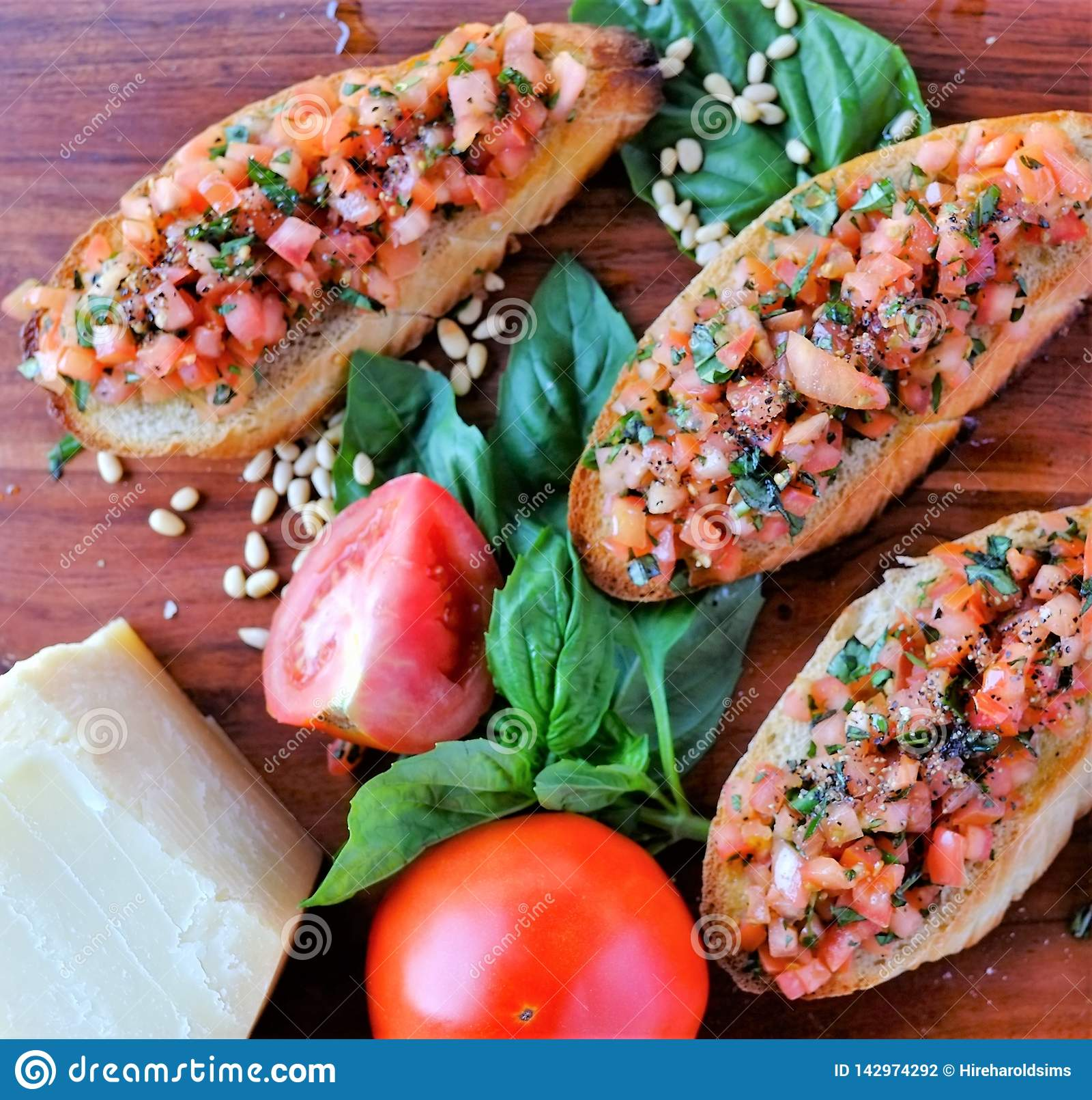 Υγιής φρυγανιά bruschetta συνταγής που ολοκληρώνεται με τα λαχανικά
