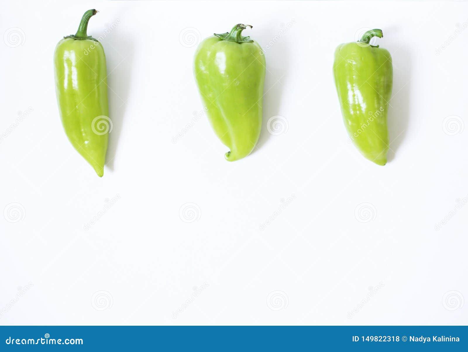 Υγιής vegan έννοια τροφίμων πράσινα πιπέρια σε ένα άσπρο υπόβαθρο