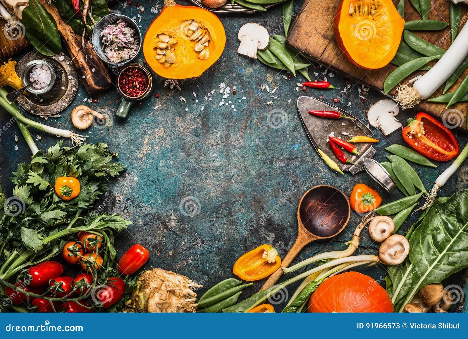 Υγιή και οργανικά λαχανικά και συστατικά συγκομιδών: κολοκύθα, πράσινα, ντομάτες, κατσαρό λάχανο, πράσο, chard, σέλινο στον αγροτ