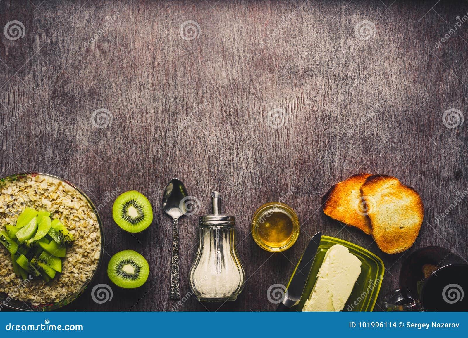 Υγιή συστατικά προγευμάτων Κύπελλο του granola βρωμών, των νωπών καρπών και του μελιού Τοπ άποψη, διάστημα αντιγράφων τονισμένος