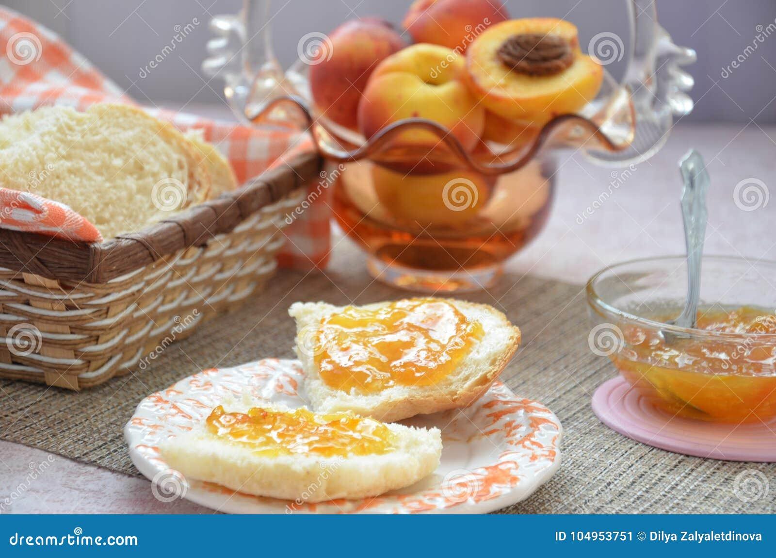 Υγιή συστατικά προγευμάτων Κύπελλο του granola βρωμών όμορφο φρέσκο νόστιμο πρόγευμα στον πίνακα λευκό φρυγανιάς ψωμιού