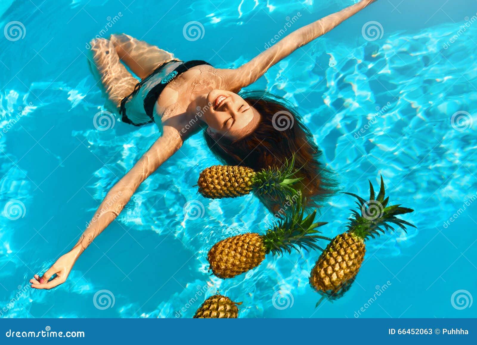 Υγιεινή διατροφή, διατροφή Γυναίκα με τους ανανάδες στη λίμνη (νερό)
