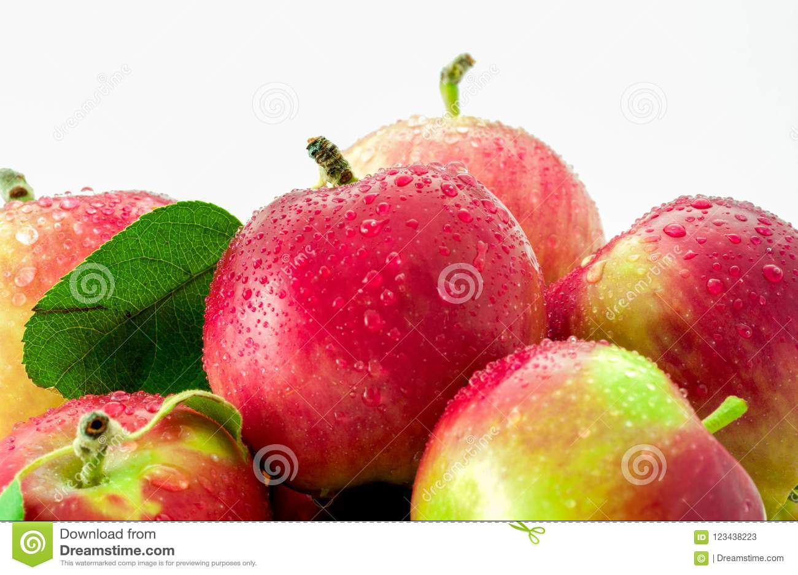 Υγρά μήλα κινηματογραφήσεων σε πρώτο πλάνο που απομονώνονται στο άσπρο υπόβαθρο