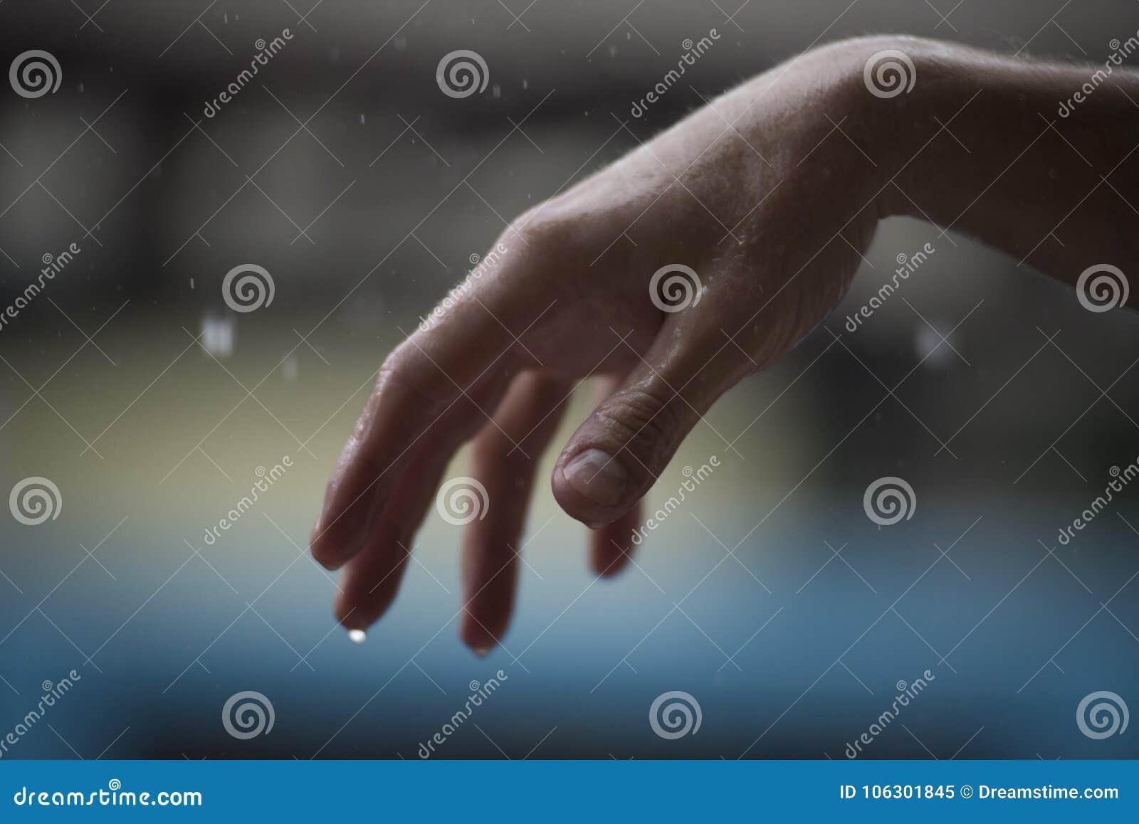 Υγρό χέρι κάτω από τη βροχή