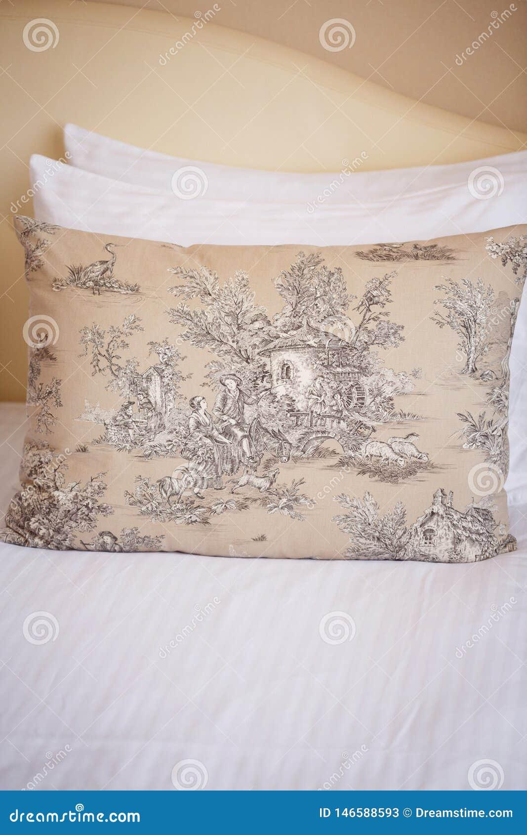 Υπάρχουν τρία μαξιλάρια στο ελαφρύ κρεβάτι