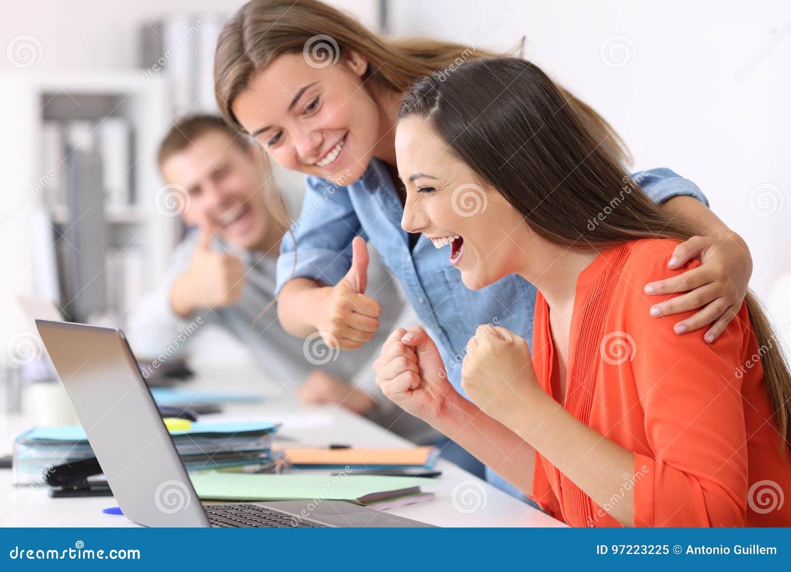 Υπάλληλος που δέχεται συγχαρητήρια από τους συναδέλφους