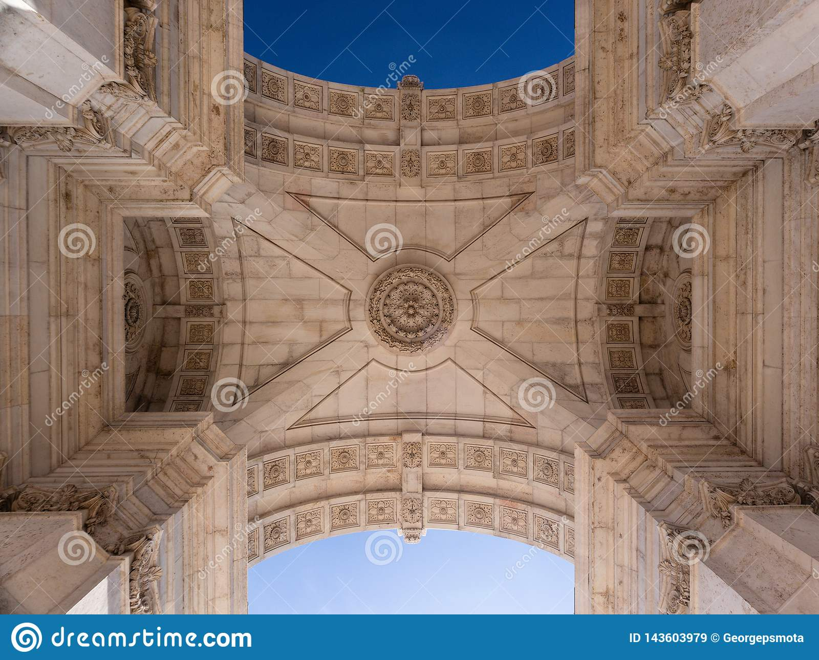 Υπέροχα ανώτατο όριο της θριαμβευτικής αψίδας Arco DA Rua Αουγκούστα στο εμπόριο τετραγωνικό Praça do Comercio στη Λισσαβώνα, Πο