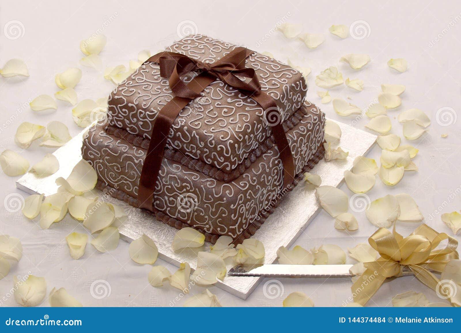 Υπέροχα παγωμένο γαμήλιο κέικ με την άσπρη και καφετιά τήξη