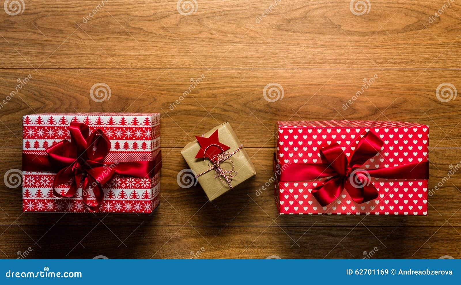 Υπέροχα τυλιγμένα εκλεκτής ποιότητας χριστουγεννιάτικα δώρα στο ξύλινο υπόβαθρο, άποψη άνωθεν
