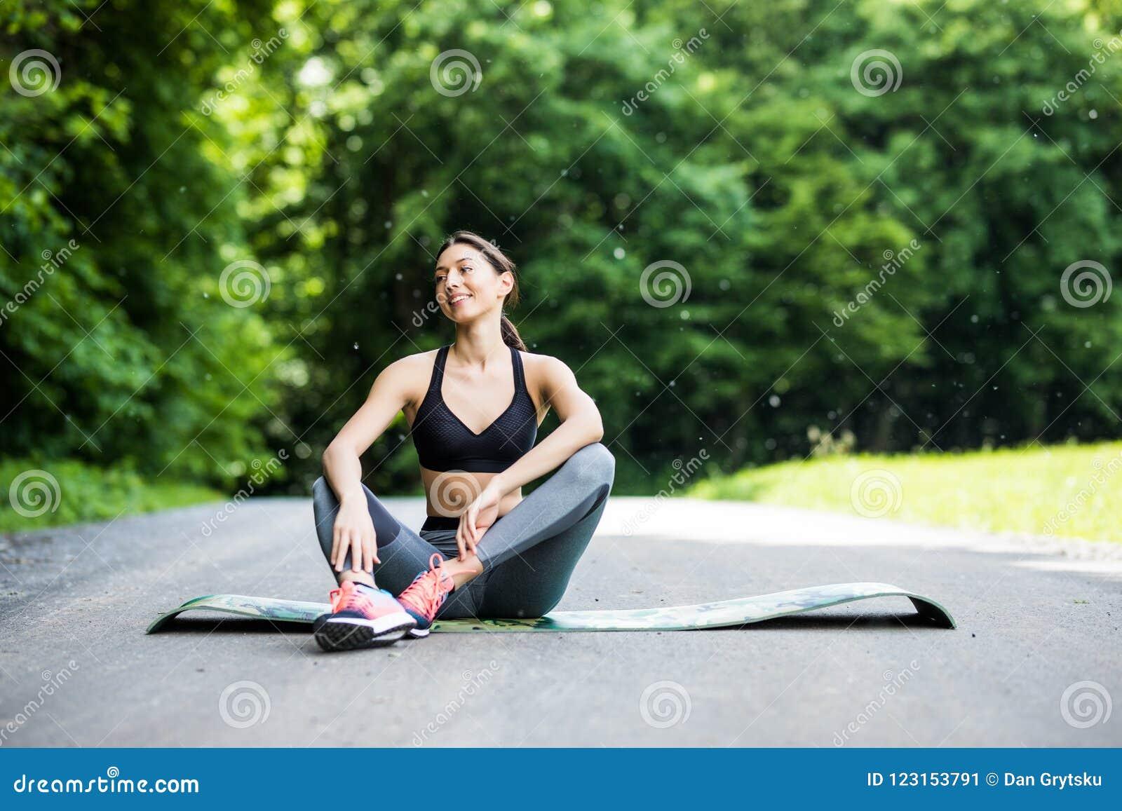 υπαίθρια γυναίκα workout Συνεδρίαση δρομέων γυναικών ικανότητας μετά από το traini
