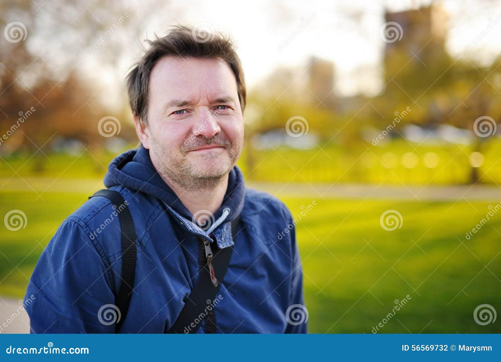 Download Υπαίθρια πορτρέτο του ατόμου Μεσαίωνα Στοκ Εικόνες - εικόνα από πηγούνι, όμορφος: 56569732