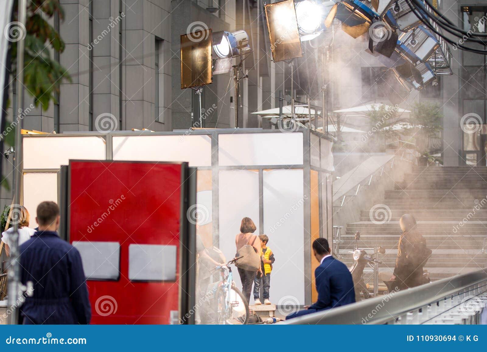 Υπαίθρια σκηνικό κινηματογράφου Σκηνή παραγωγής κινηματογράφων στην οδό πόλεων Ράγες για τη μεγάλη επαγγελματική κάμερα Ειλικρινέ