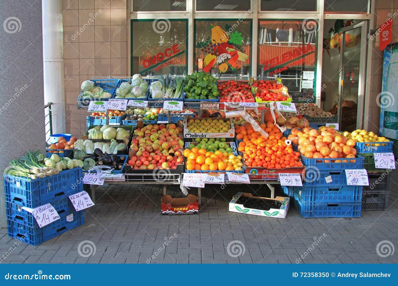 Υπαίθρια στάση με τα λαχανικά και τα φρούτα στο Μπρνο, τσεχικά