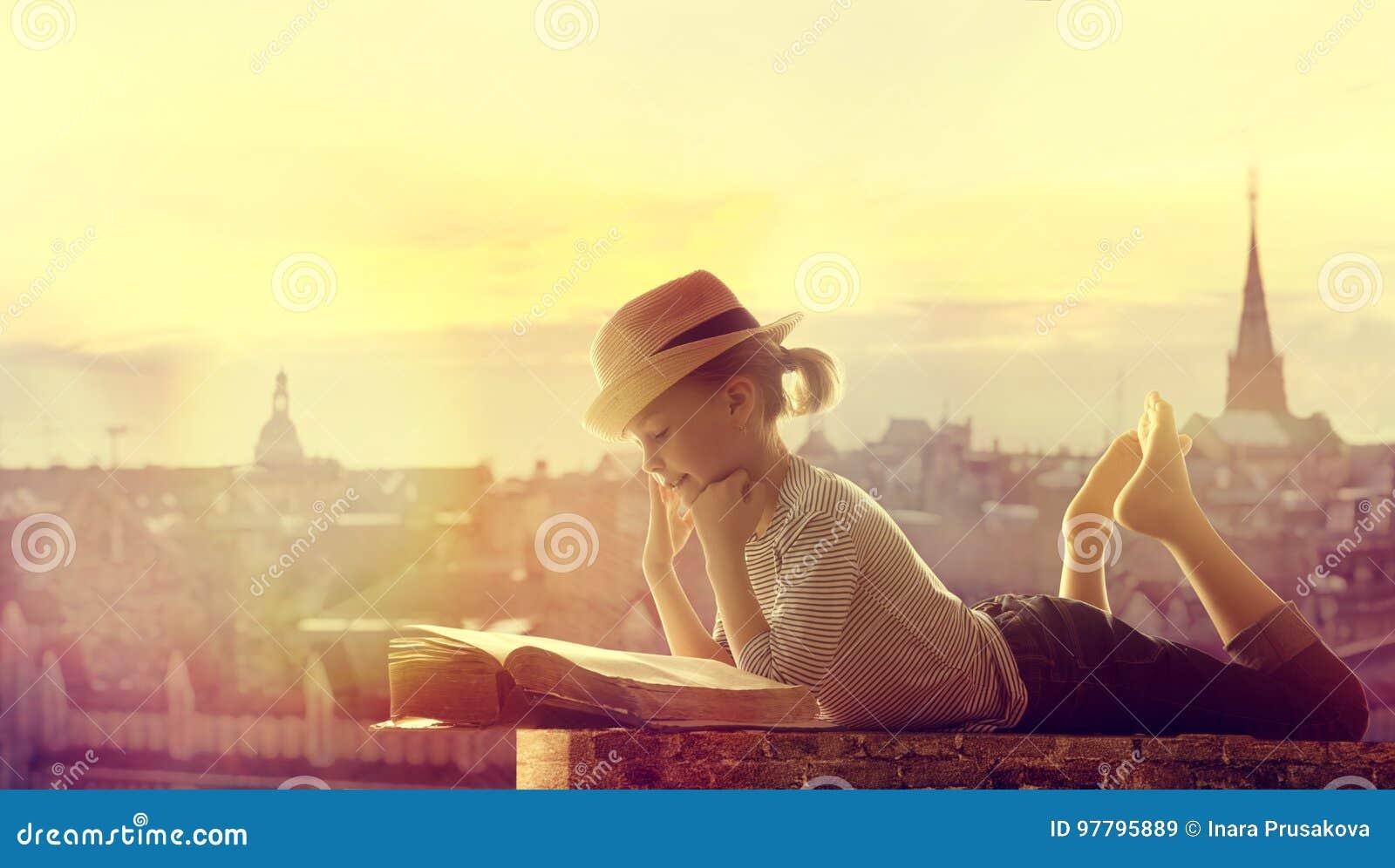 Υπαίθρια στέγη πόλεων βιβλίων ανάγνωσης παιδιών, ευτυχές παιδί κοριτσιών που διαβάζονται και ο Δρ