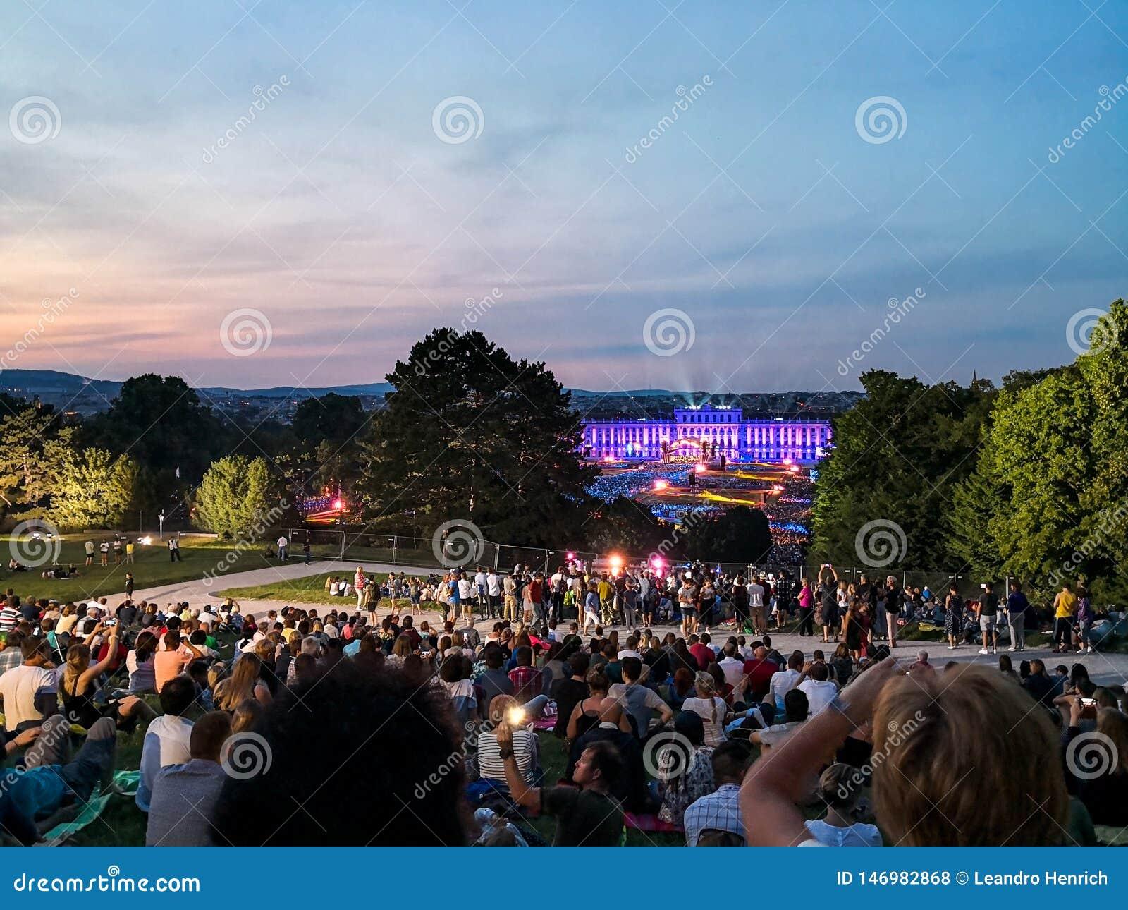 υπαίθρια συναυλία μιας θερινής νύχτας από τους θαυμάσιους κήπους του παλατιού Schonbrunn με τη φιλαρμονική ορχήστρα της Βιέννης