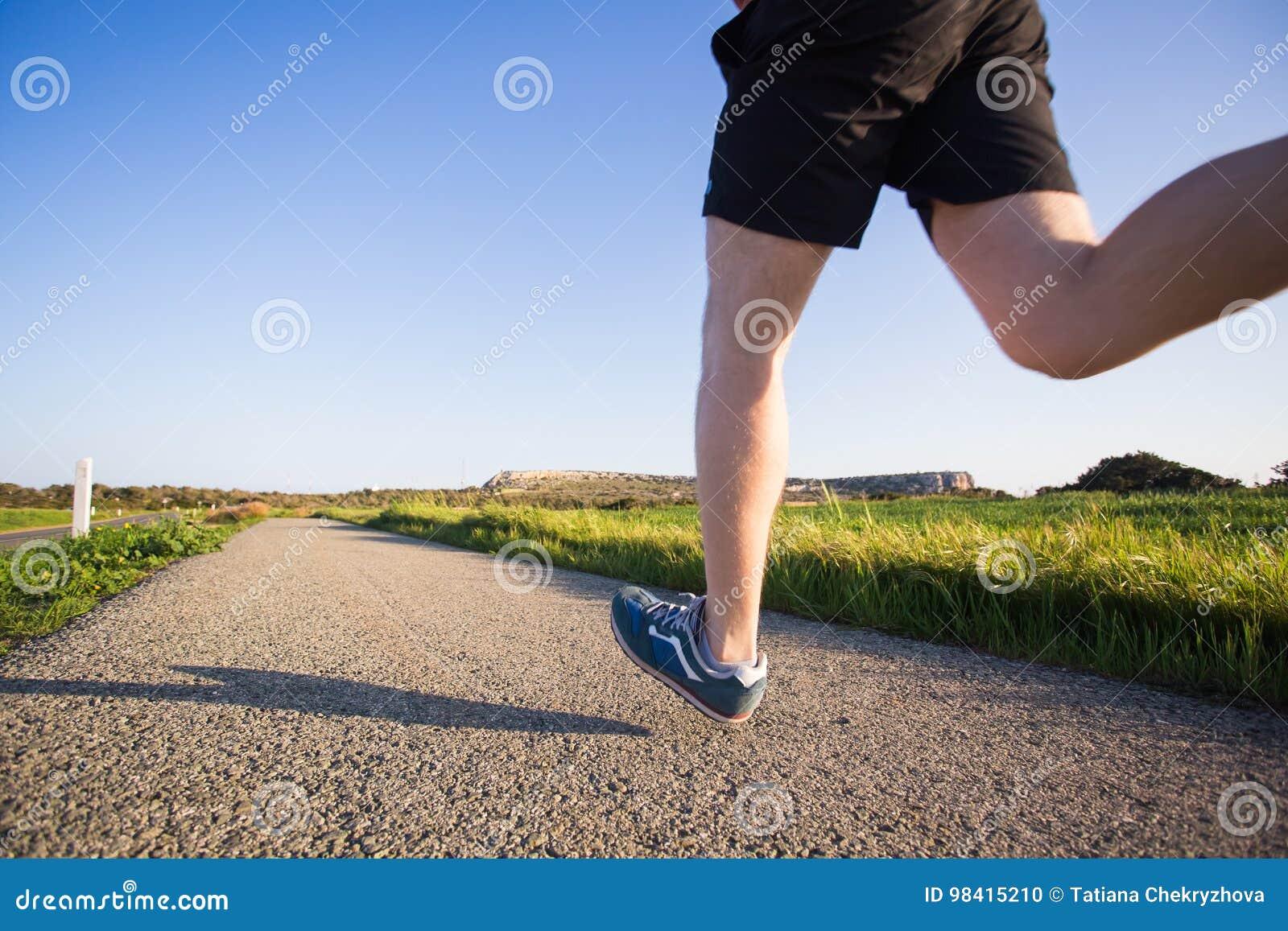 Υπαίθριο ανώμαλο τρέξιμο στην έννοια θερινής ηλιοφάνειας για την άσκηση, την ικανότητα και τον υγιή τρόπο ζωής