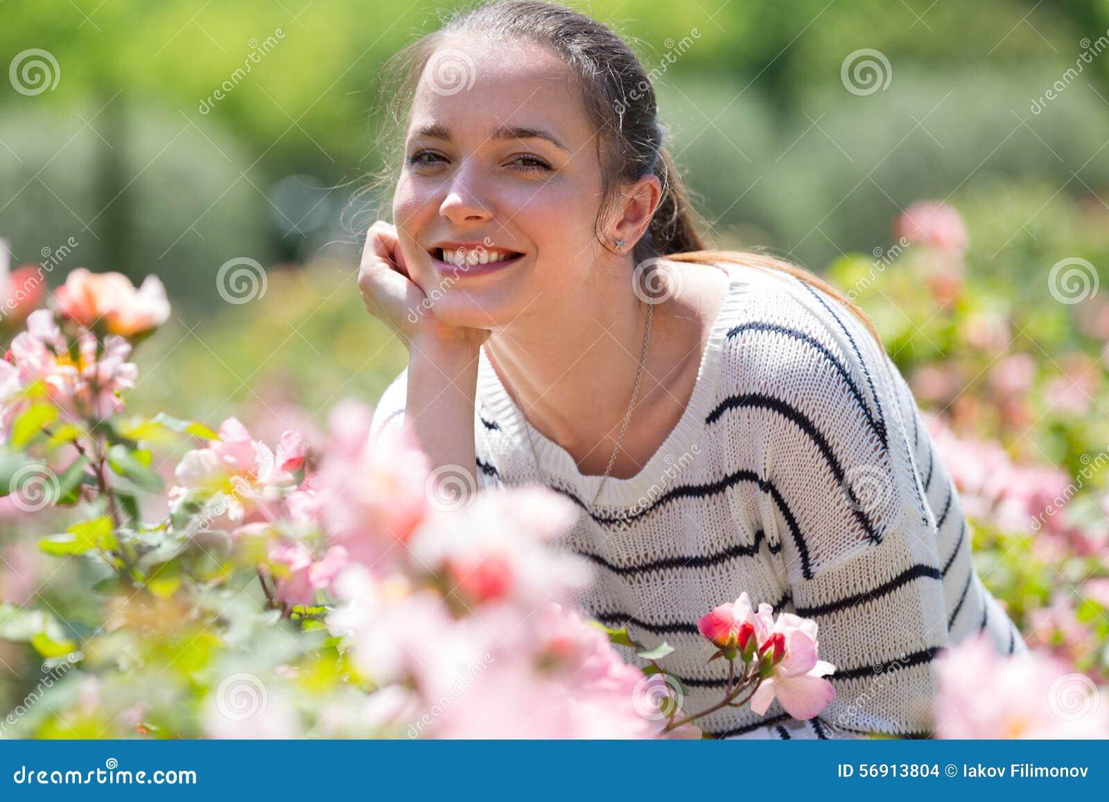 Υπαίθριο πορτρέτο της χαμογελώντας γυναίκας