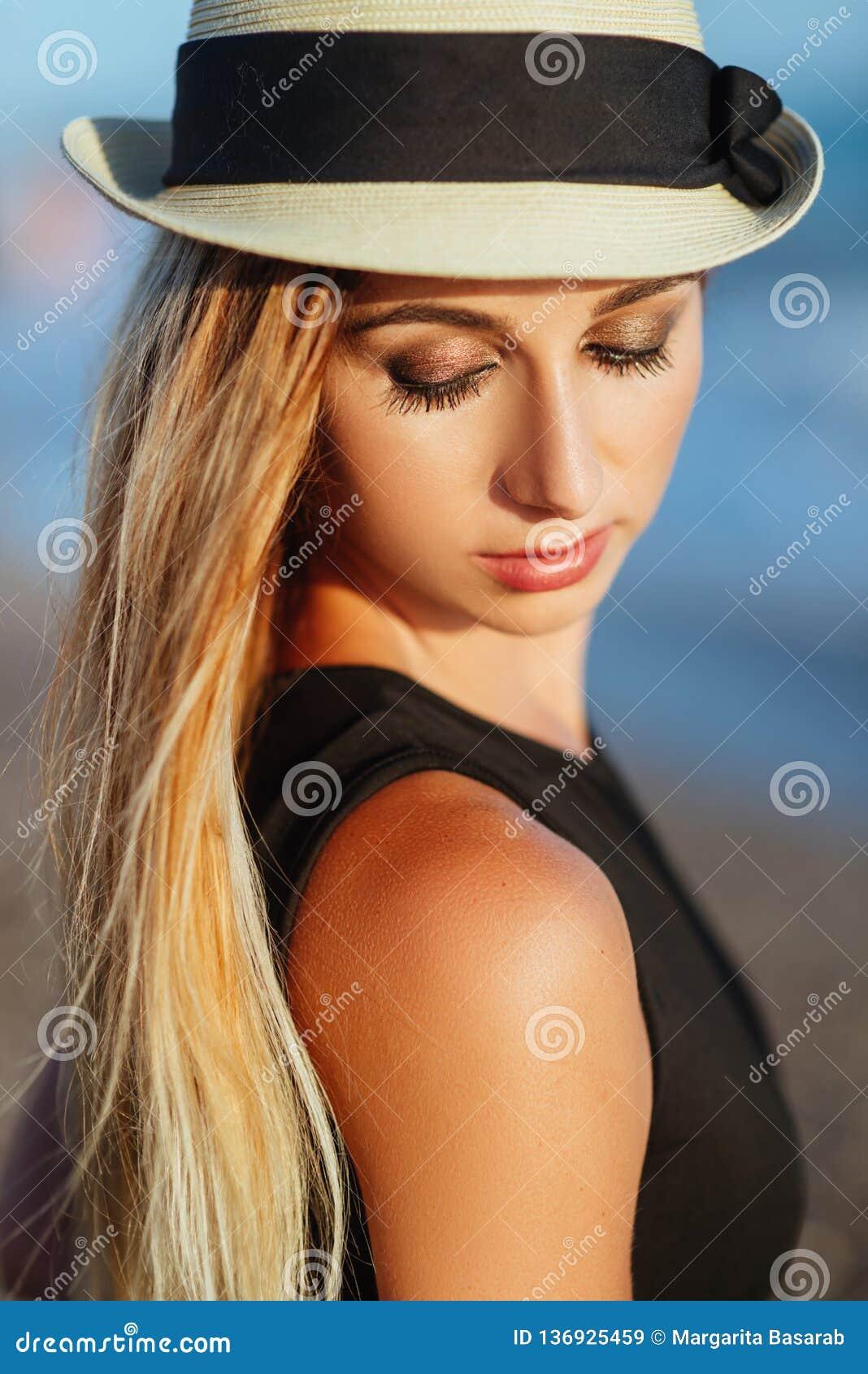 Υπαίθριο πορτρέτο τρόπου ζωής του όμορφου κοριτσιού στο μαύρο μαγιό