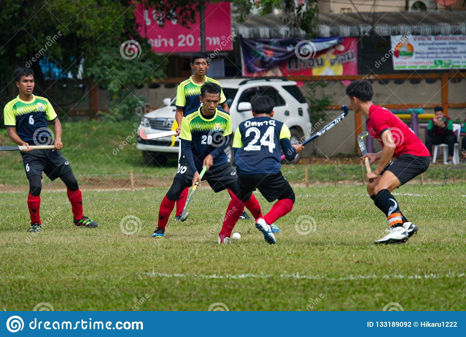 υπαίθριο χόκεϋ Παίκτης χόκεϋ στη δράση κατά τη διάρκεια των εθνικών παιχνιδιών της Ταϊλάνδης