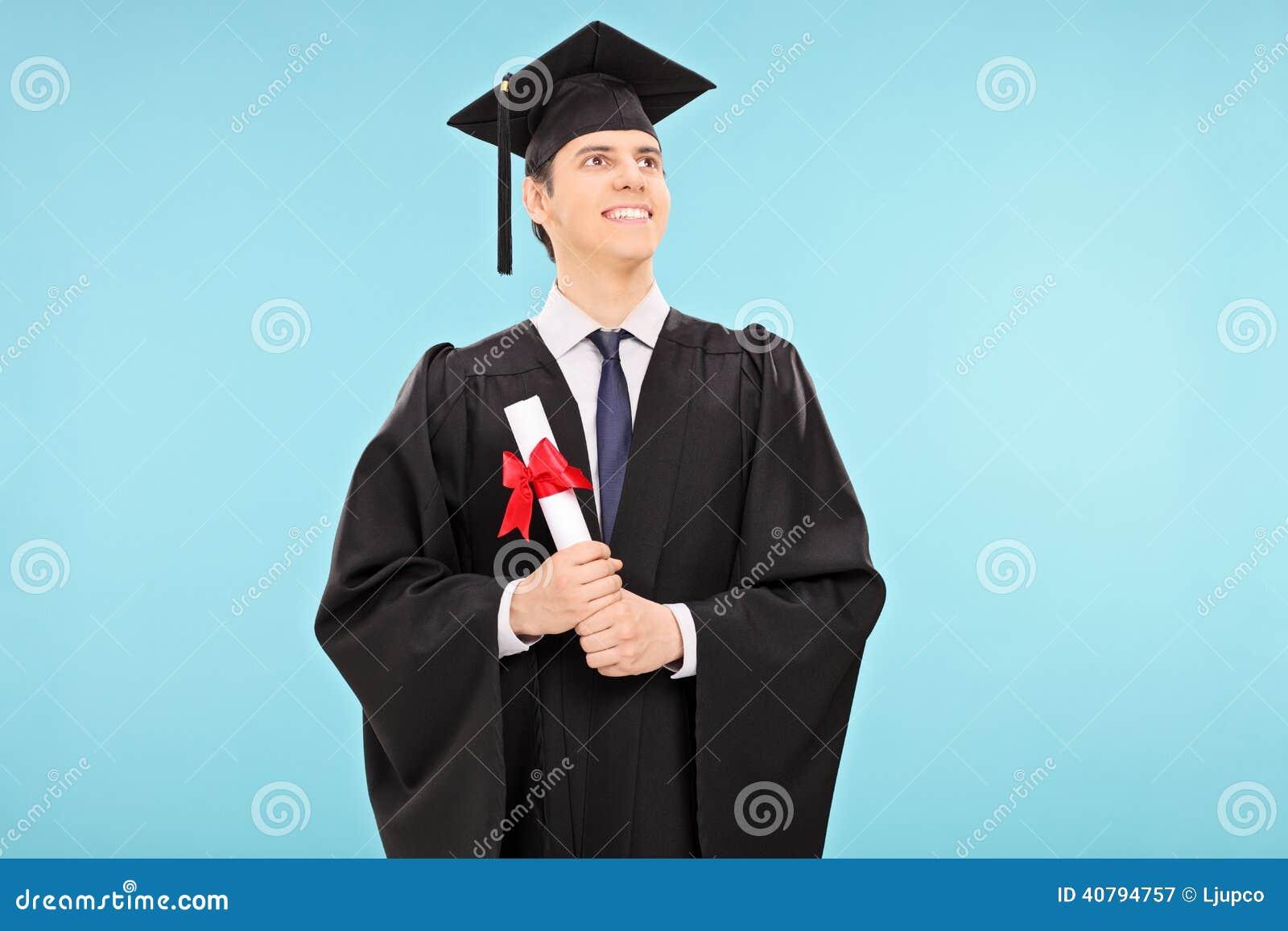 Υπερήφανος αρσενικός απόφοιτος φοιτητής που κρατά ένα δίπλωμα