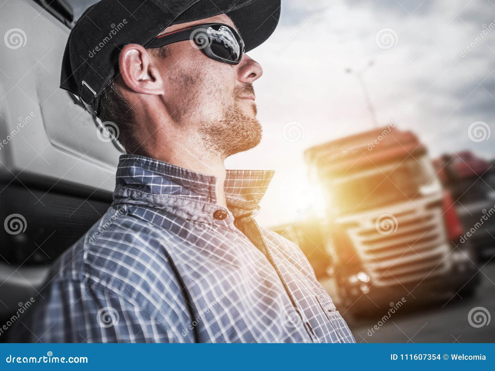 Υπερήφανος ημι οδηγός φορτηγού