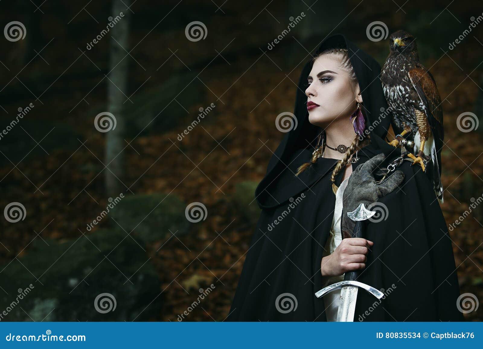 Υπερήφανος θηλυκός πολεμιστής με το γεράκι