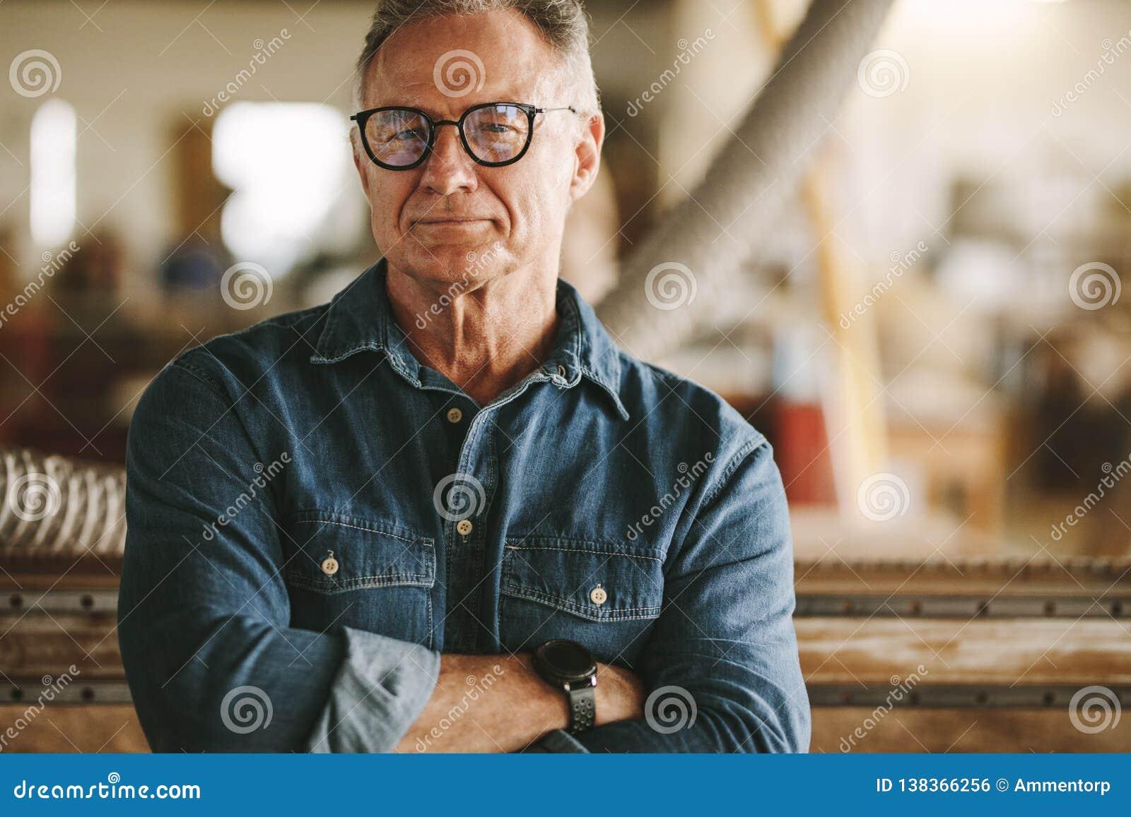 Υπερήφανος ιδιοκτήτης εργαστηρίων ξυλουργικής