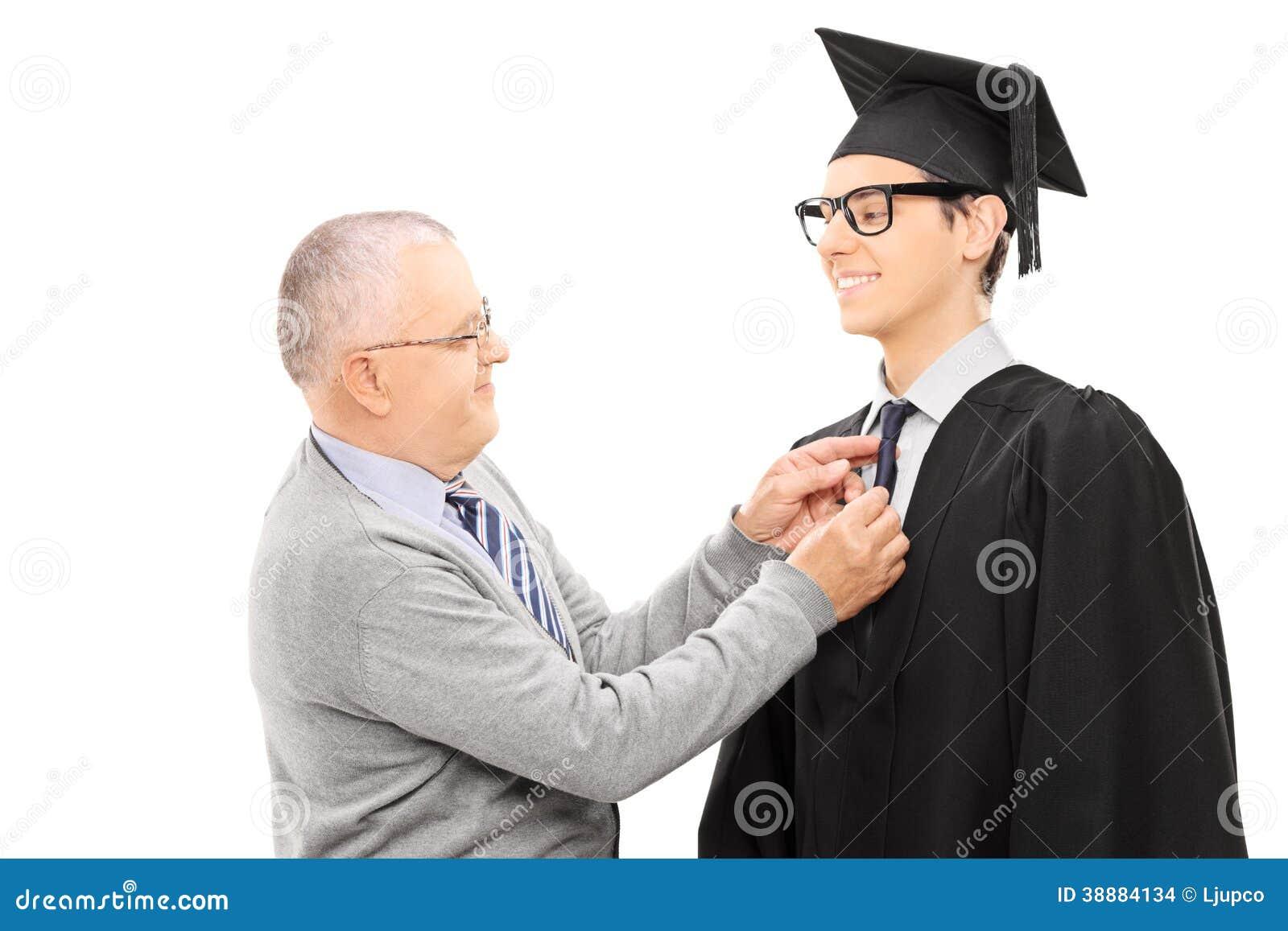 Υπερήφανος πατέρας που προετοιμάζει το γιο του για τη βαθμολόγηση