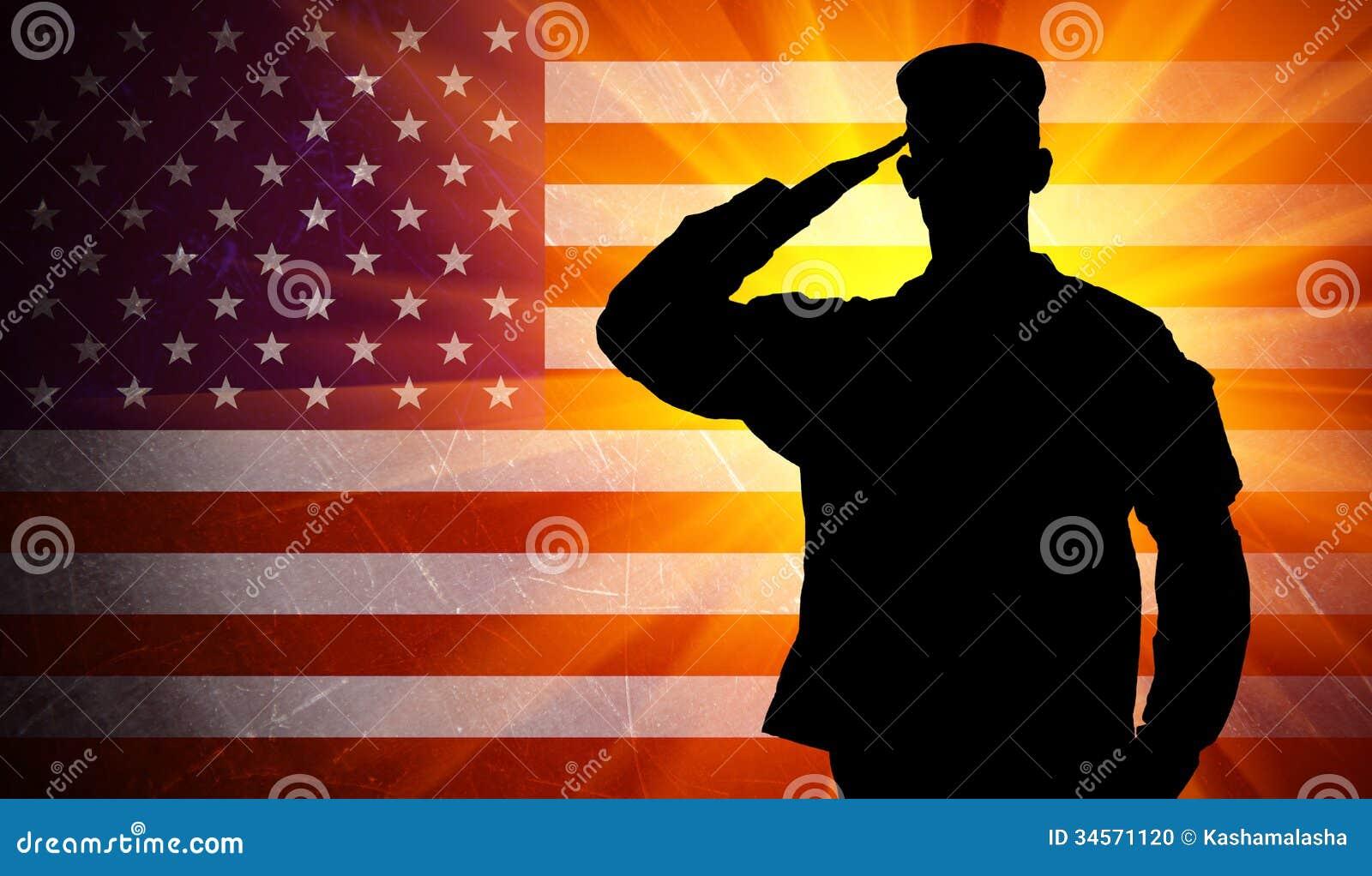 Υπερήφανος χαιρετίζοντας αρσενικός στρατιώτης στρατού στο υπόβαθρο αμερικανικών σημαιών