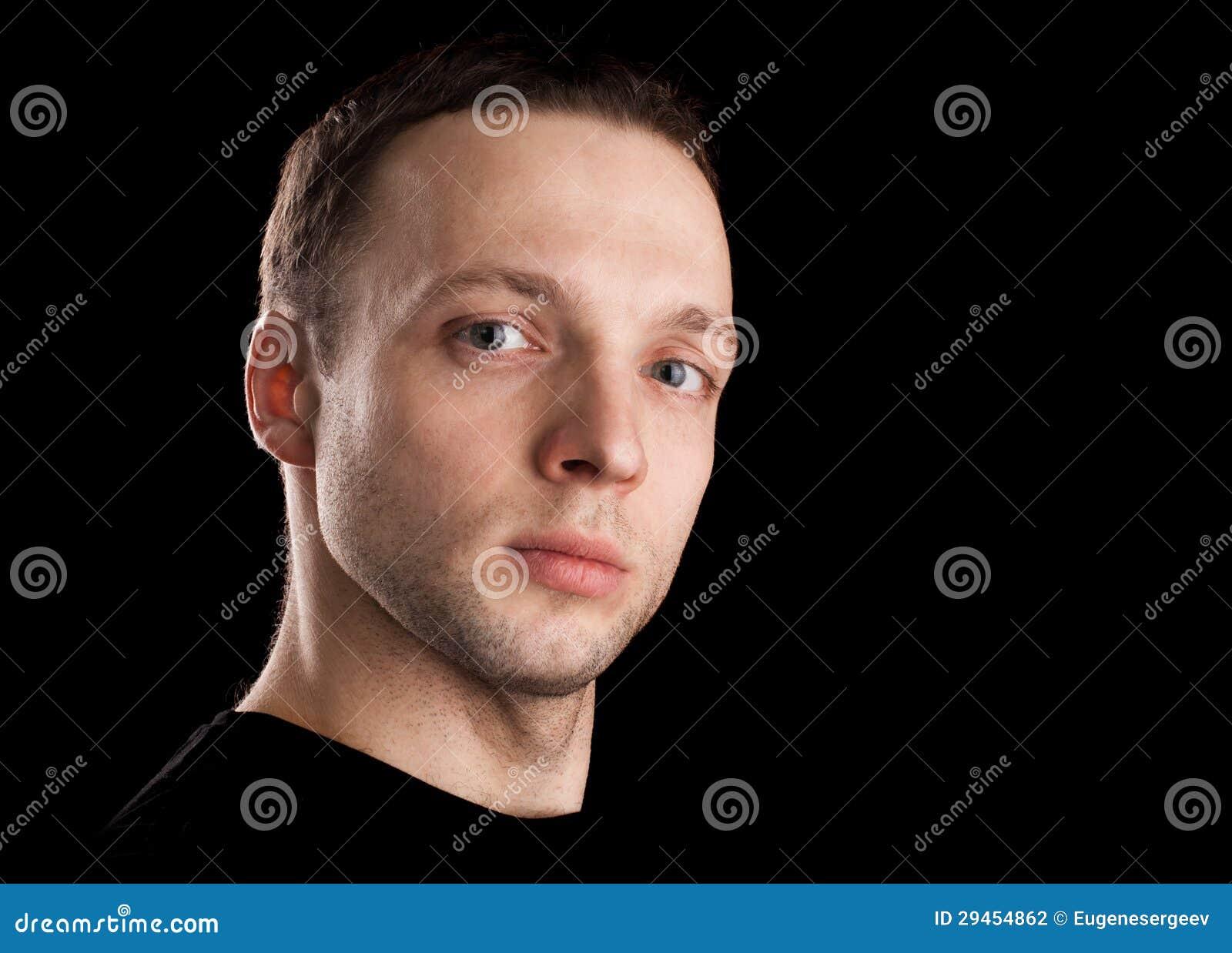 Υπερήφανο νέο καυκάσιο ανθρώπινο πορτρέτο