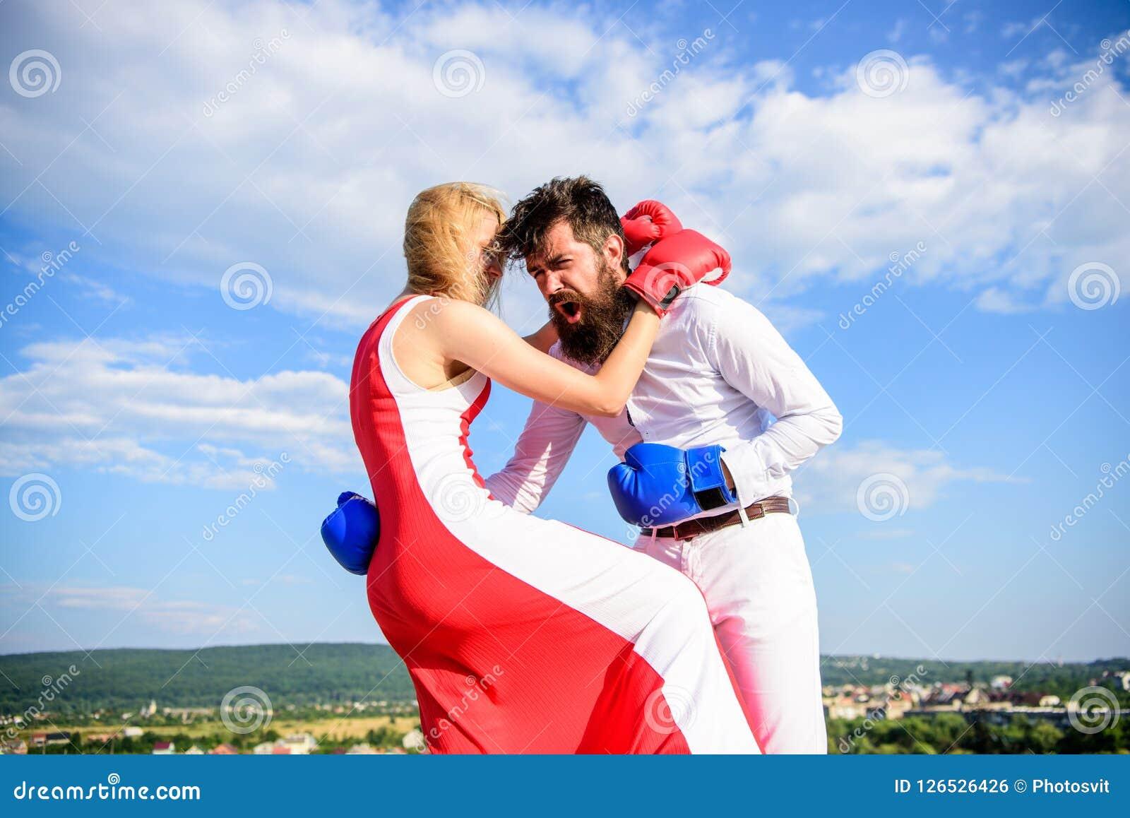 Υπερασπίστε την άποψή σας στην αντιμετώπιση Υπόβαθρο ουρανού εγκιβωτίζοντας γαντιών πάλης ανδρών και γυναικών Θηλυκή επίθεση Πάρτ
