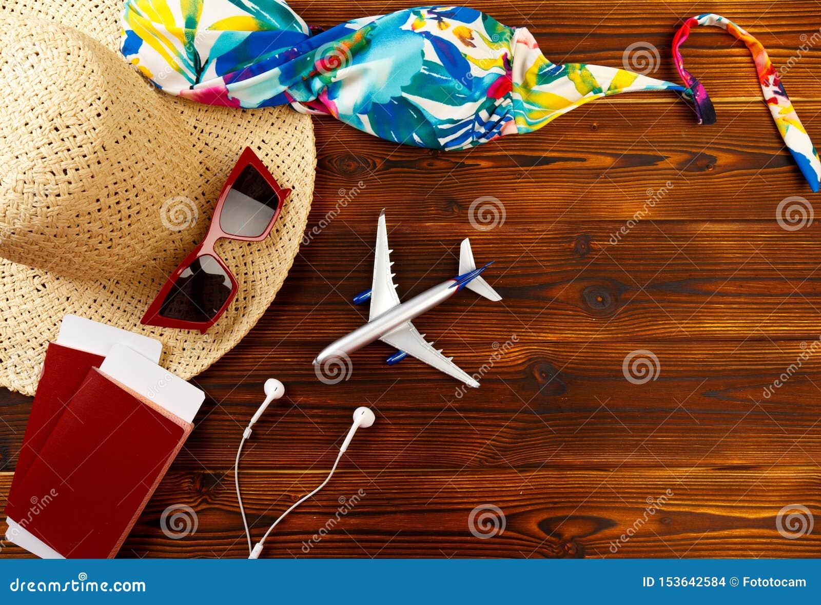 Υπερυψωμένη άποψη των ταξιδιωτικών εξαρτημάτων, ουσιαστικά στοιχεία διακοπών, υπόβαθρο έννοιας ταξιδιού - εικόνα
