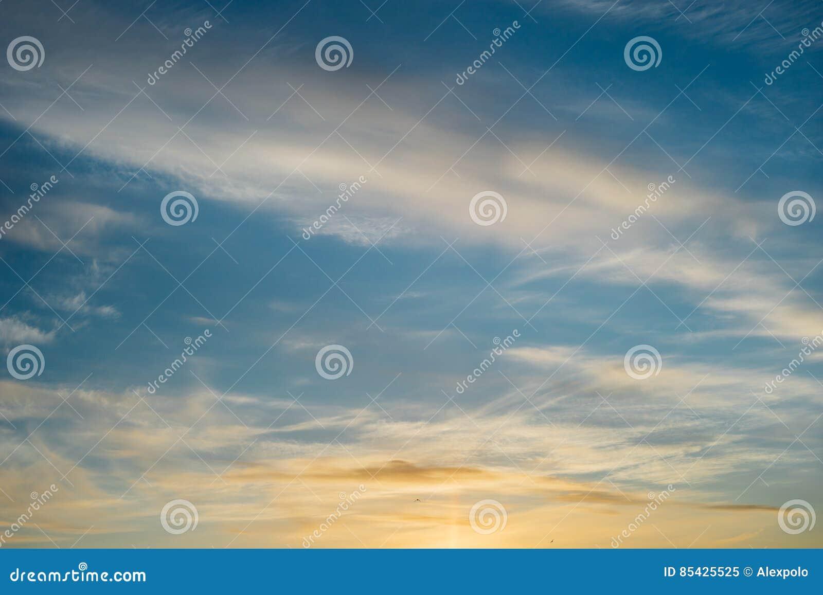 Υπερφυσικά cirrus σύννεφα στο μπλε ουρανό