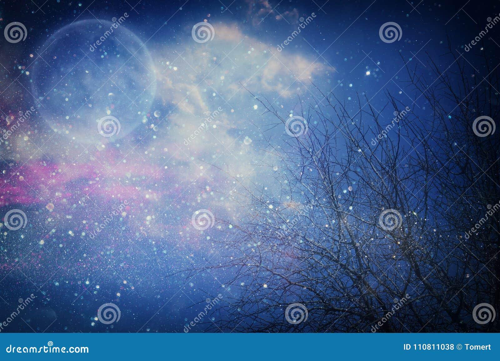 Υπερφυσική έννοια φαντασίας - η πανσέληνος με τα αστέρια ακτινοβολεί στο υπόβαθρο νυχτερινών ουρανών