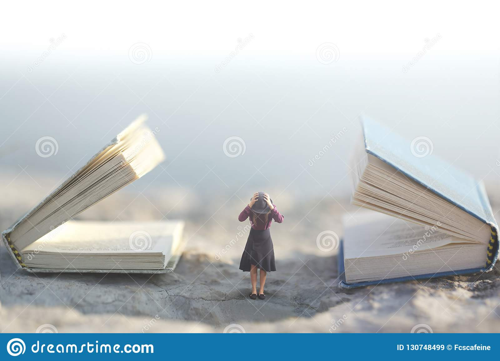 Υπερφυσική στιγμή όπου μια μικρή γυναίκα σταματά τα αυτιά της ώστε να μη ακούσει δύο γιγαντιαία ομιλούντα βιβλία