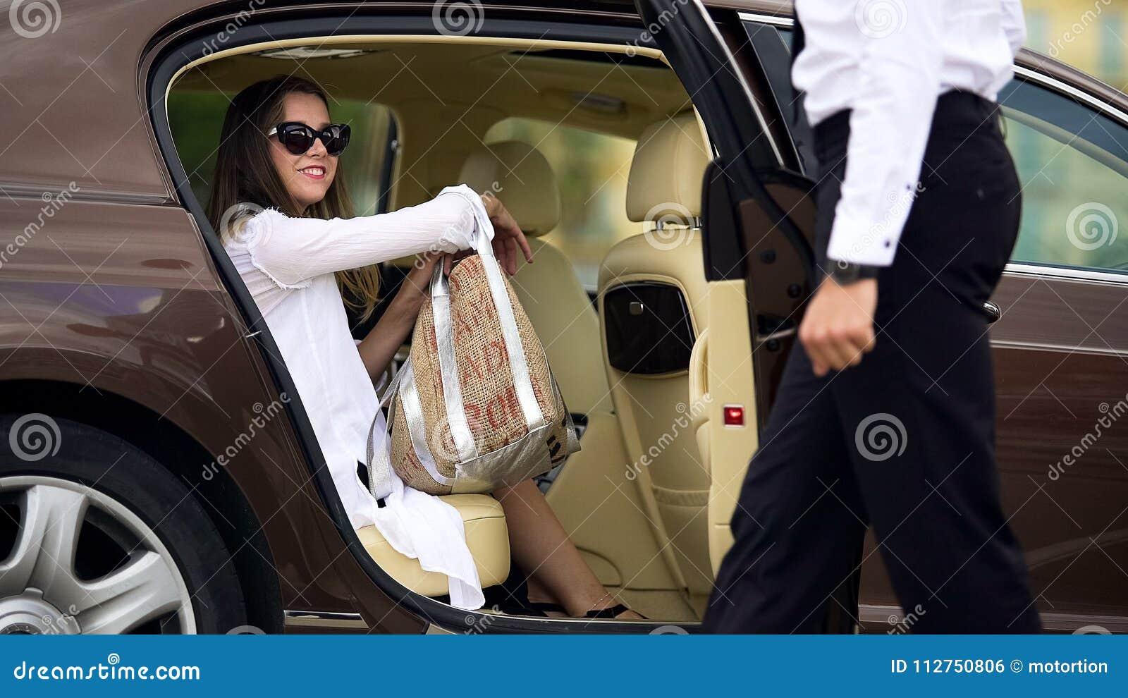 Υπηρεσία ταξί πολυτέλειας, ανοίγοντας πόρτα αυτοκινήτων σοφέρ για το θηλυκό επιβάτη, ταξίδι