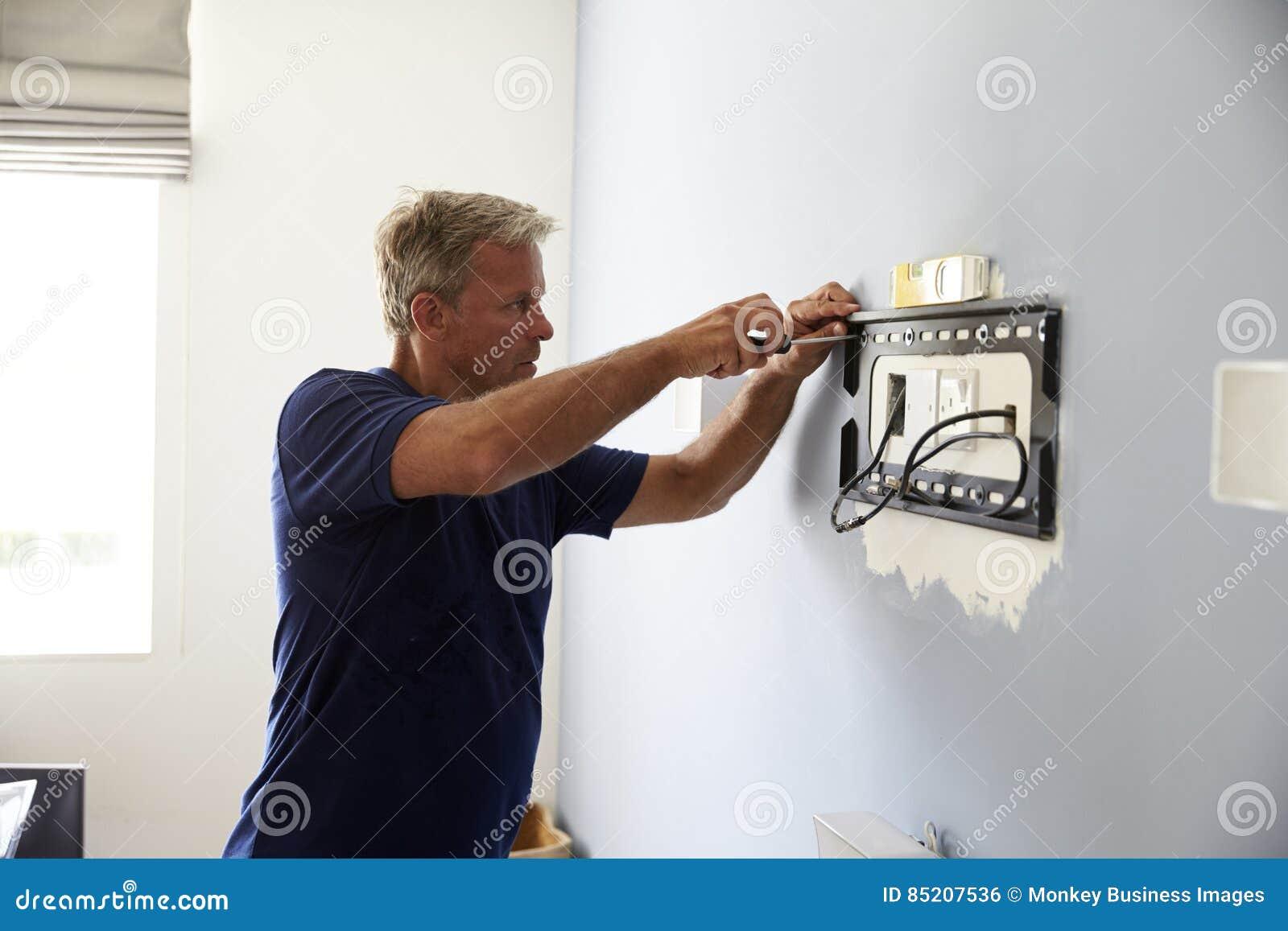 Υποστήριγμα συναρμολογήσεων ατόμων για την επίπεδη TV οθόνης επάνω στον τοίχο