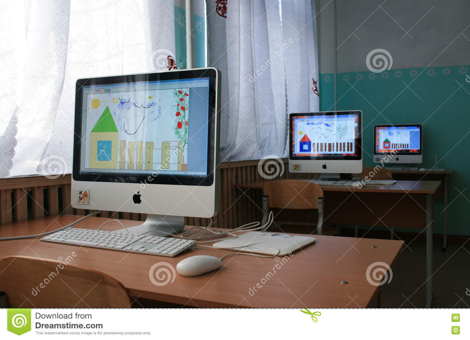 Υπολογιστές της Apple σε ένα οικοτροφείο για τα παιδιά