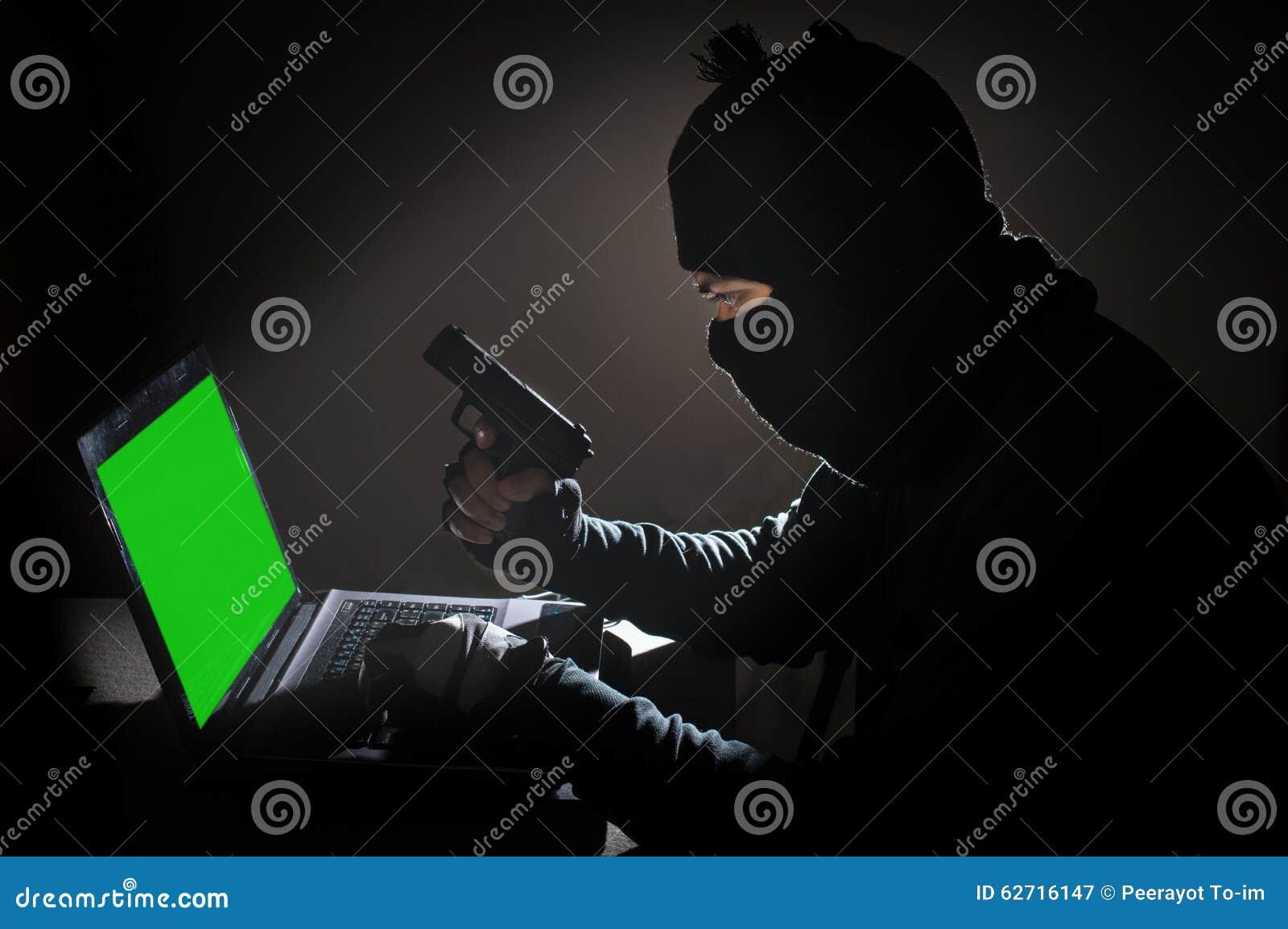 Υπολογιστής χάραξης ατόμων ληστών και πυροβόλο όπλο λαβής