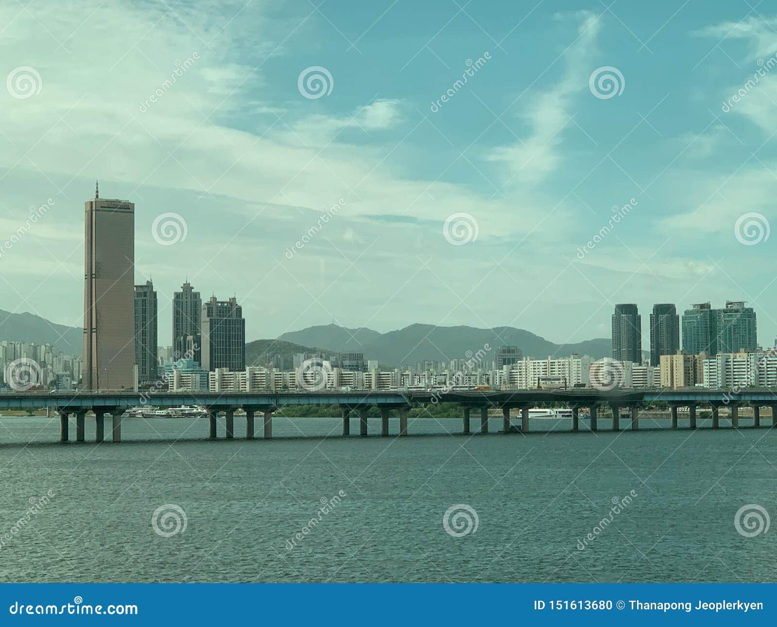 Υπόβαθρο άποψης ποταμών γεφυρών πόλεων