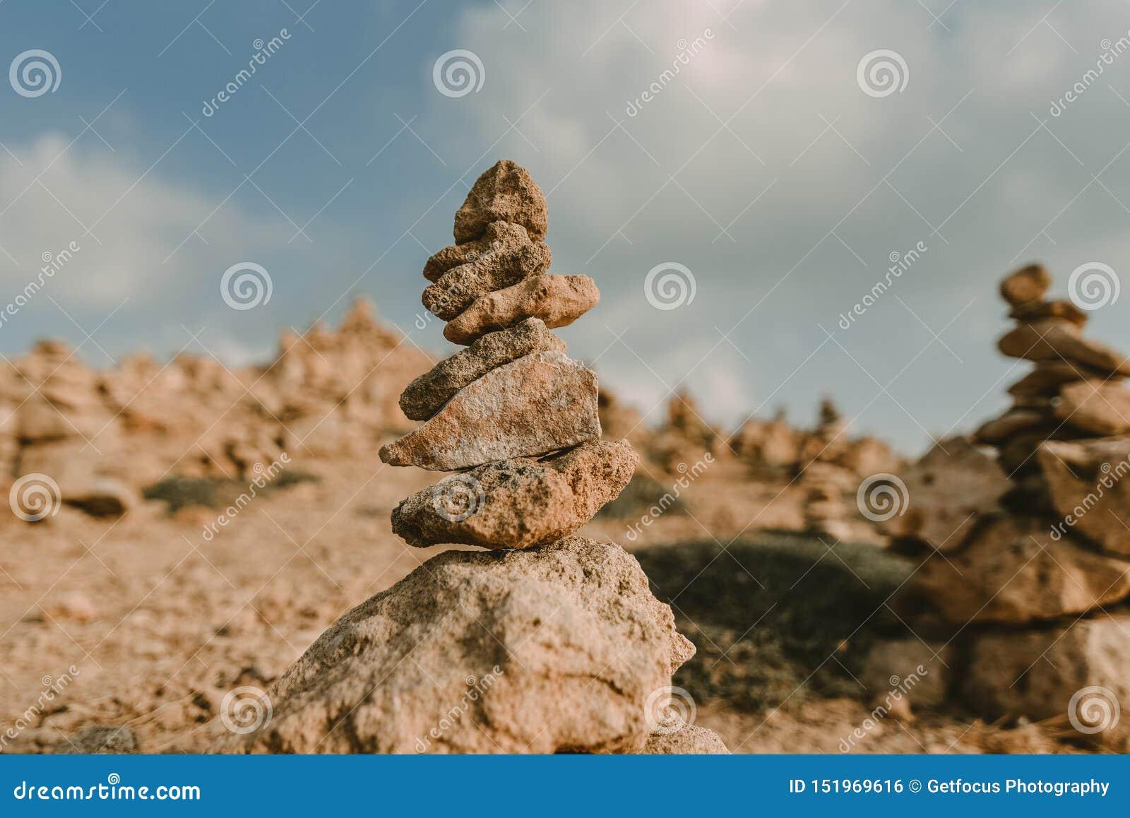Υπόβαθρο ακτών με τον πύργο πετρών