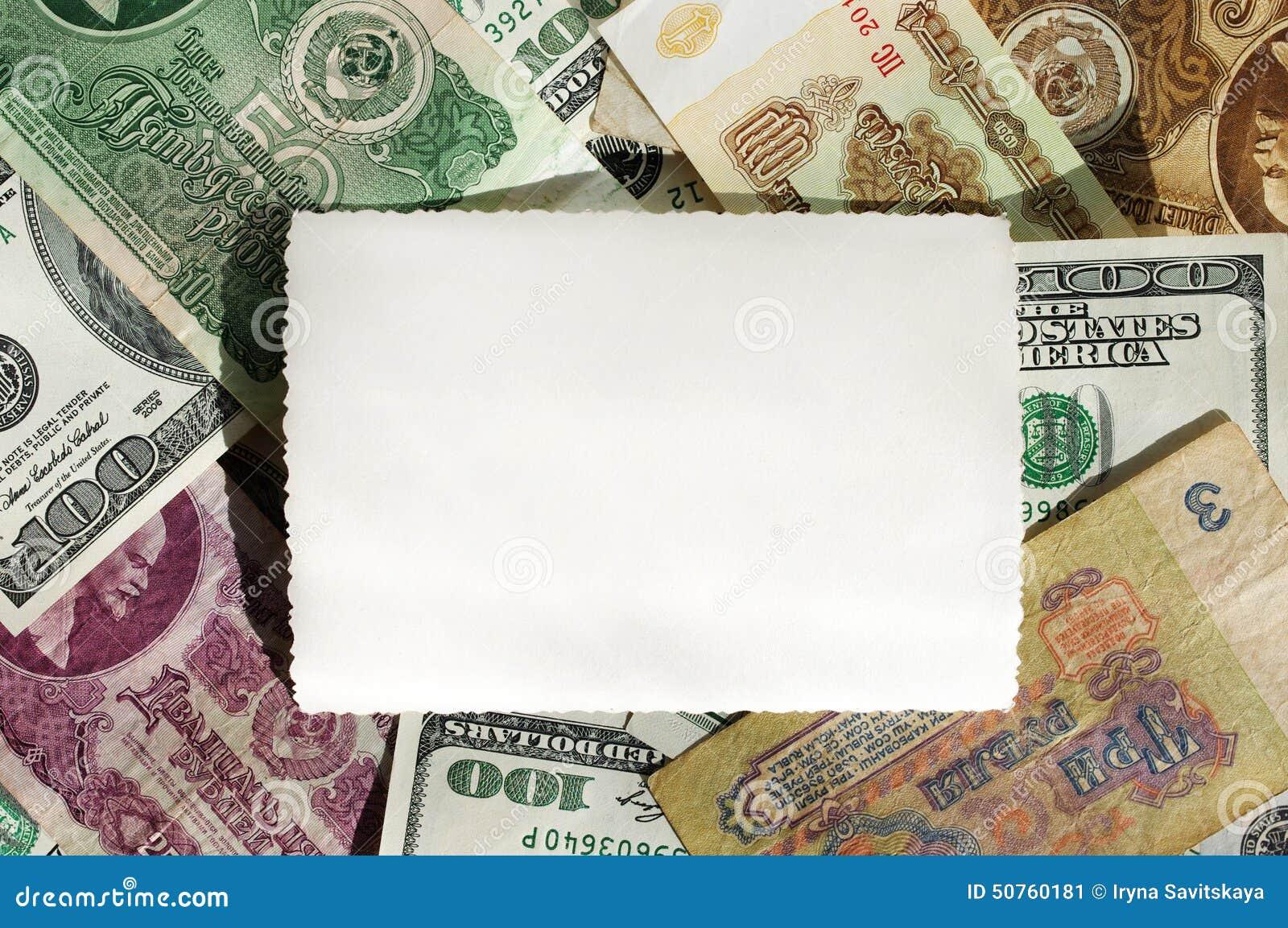 Υπόβαθρο από τα σοβιετικά τραπεζογραμμάτια ρουβλιών και εκατό-δολαρίων με μια κενή φωτογραφία