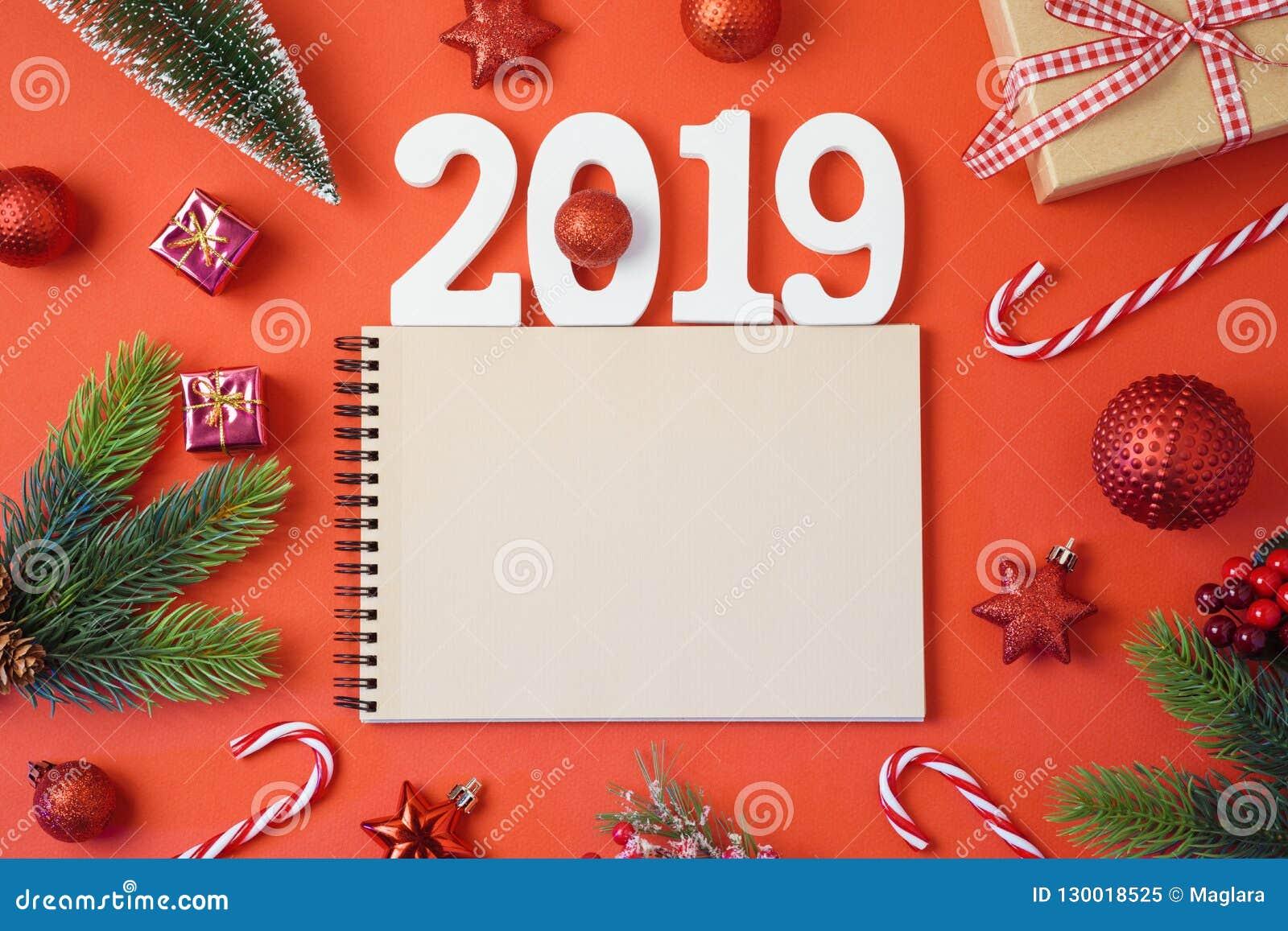 Υπόβαθρο διακοπών Χριστουγέννων με το σημειωματάριο, το νέο έτος του 2019 και το de