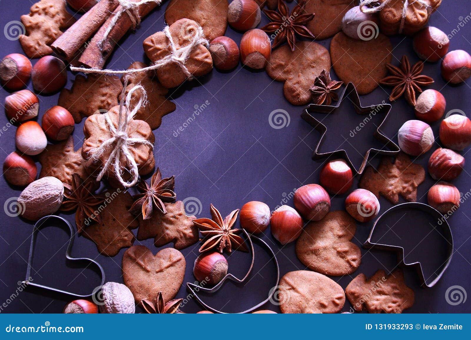 Υπόβαθρο διακοπών Χριστουγέννων Μπισκότα Χριστουγέννων με την εορταστική διακόσμηση