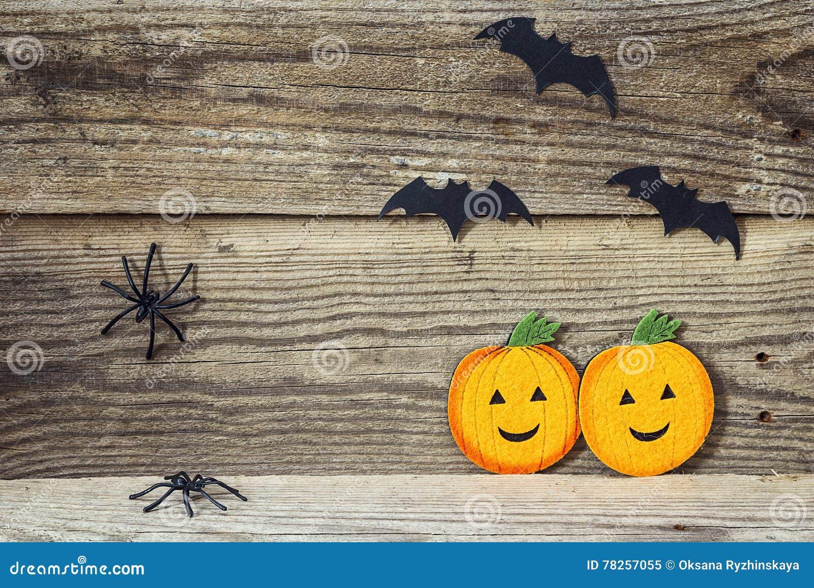 Υπόβαθρο διακοπών αποκριών με τις δύο κολοκύθες, ρόπαλα και αράχνες