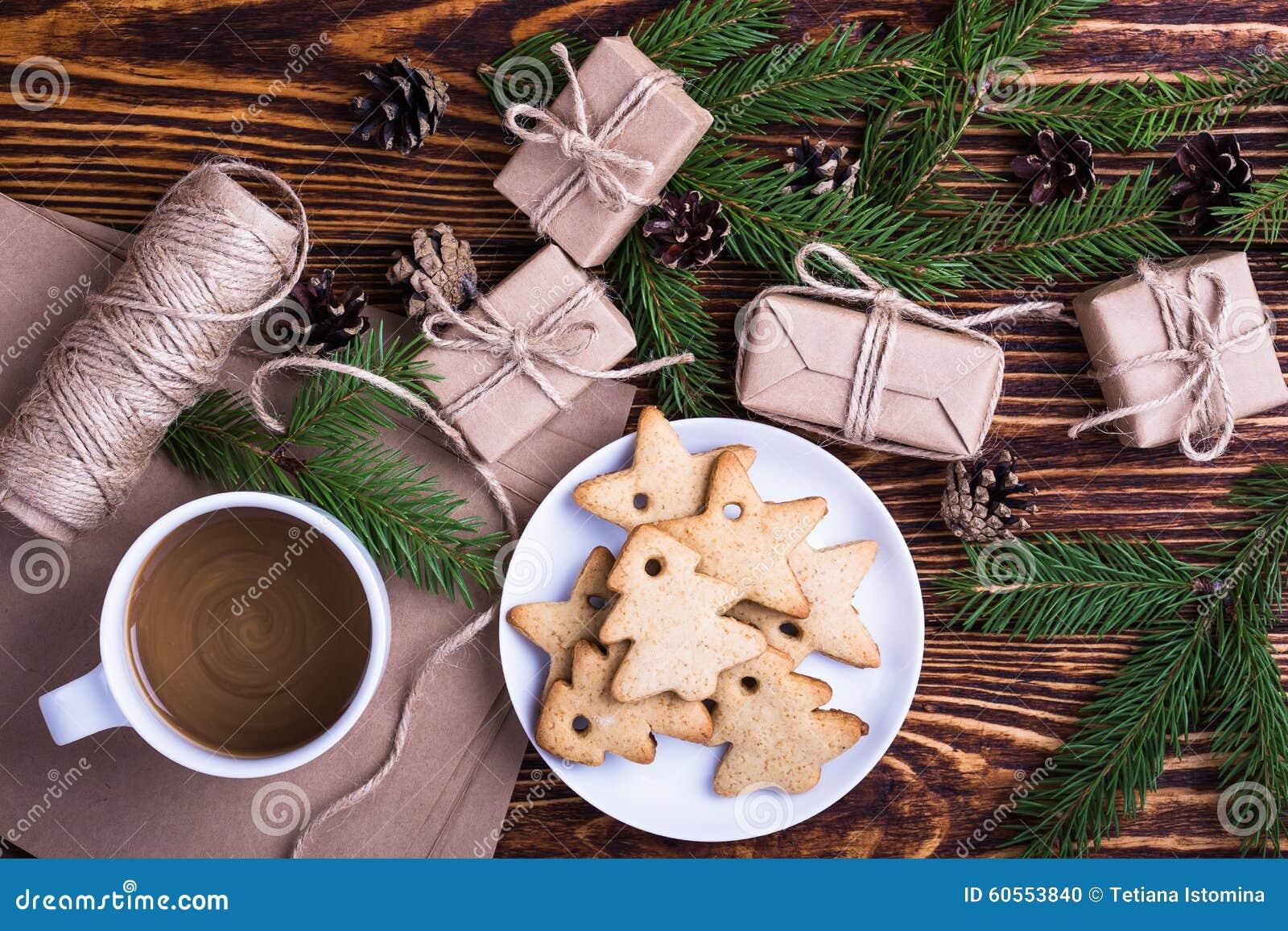 Υπόβαθρο διακοπών Χριστουγέννων με τα σπιτικά μπισκότα Χριστουγέννων, φλυτζάνι